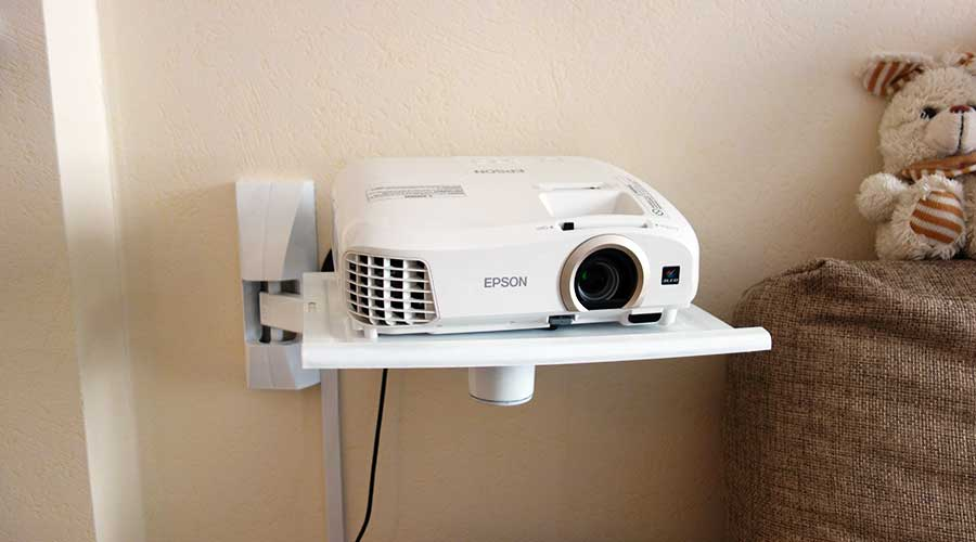 Проектор Epson EH-TW5300 на настенной подставке для ТВ